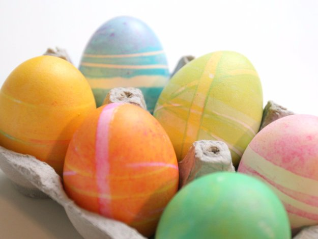 DIY Holiday Dying Eggs With Rubberbands