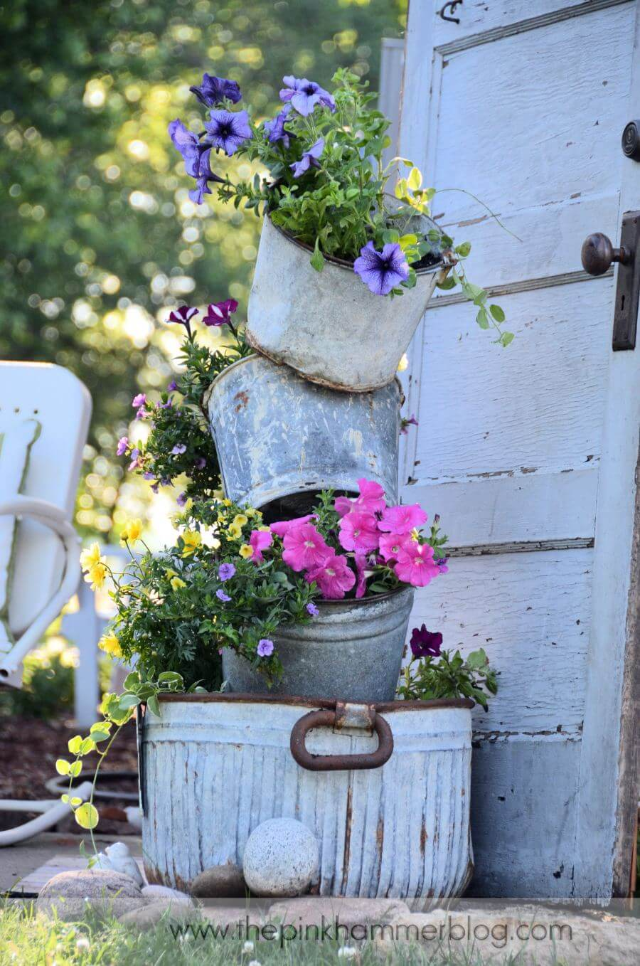 Vintage Garden Decor Ideas: Galvanized Metal Bucket Flower Planter Display