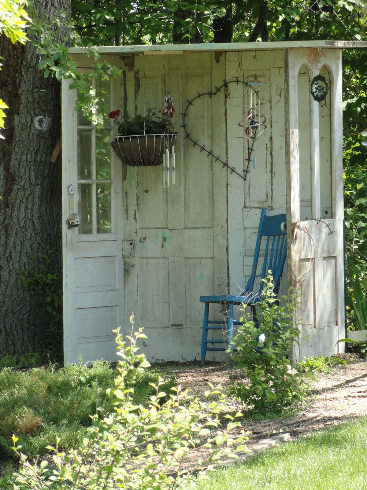 Use Repurposed Doors for a Garden Nook | Creative Repurposed Old Door Ideas & Projects For Your Backyard