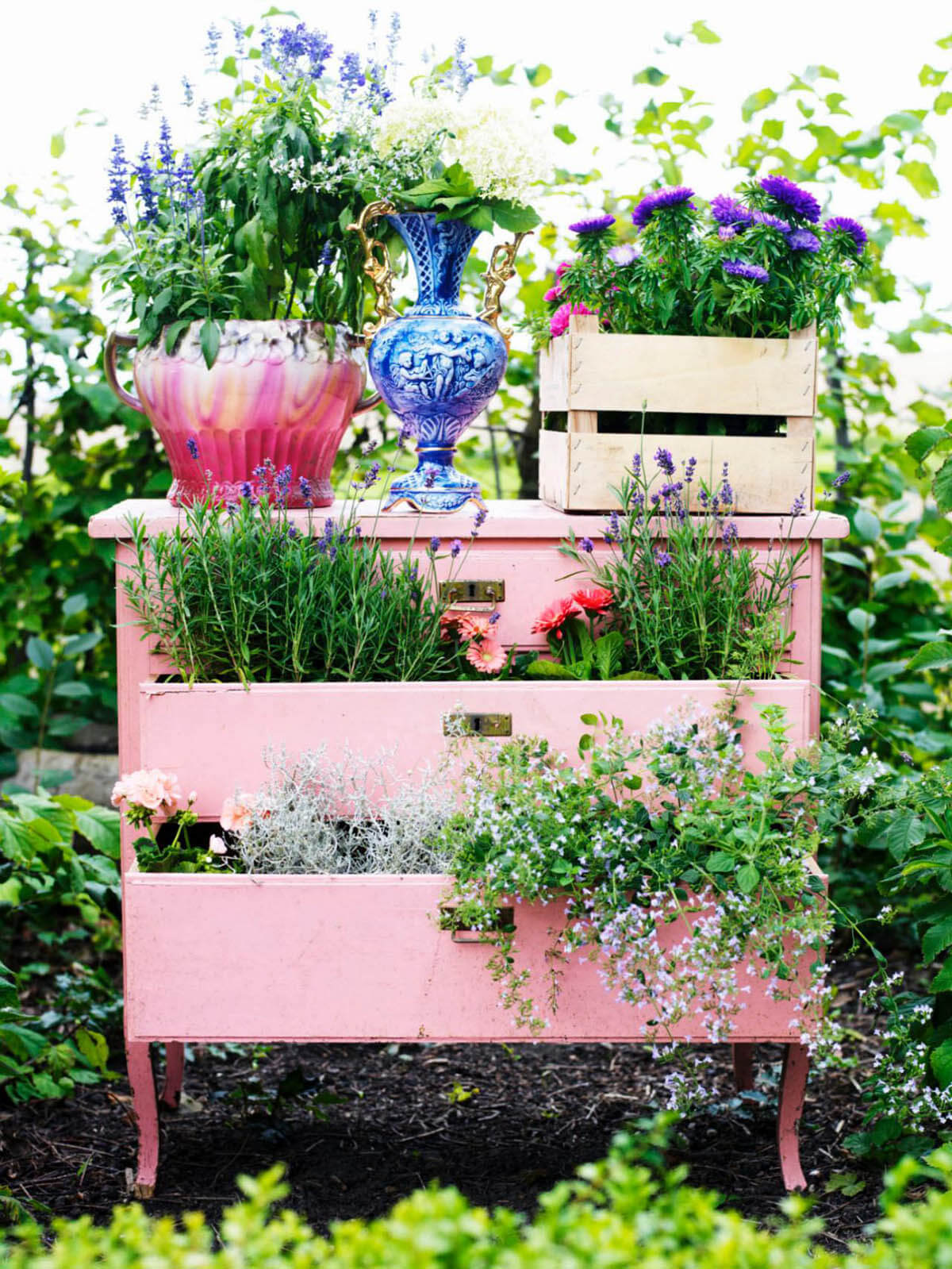 Vintage Garden Decor Ideas: Upcycled Vintage Desk Planter Decoration