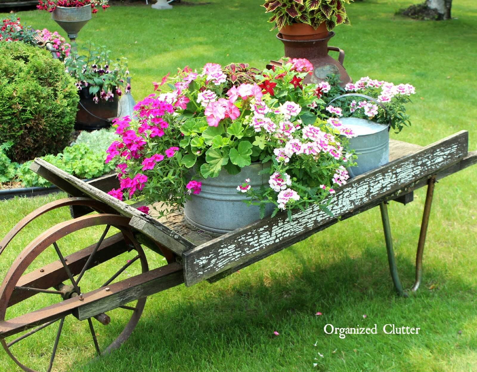Vintage Garden Decor Ideas: Wheelbarrow Vintage Garden Flower Display