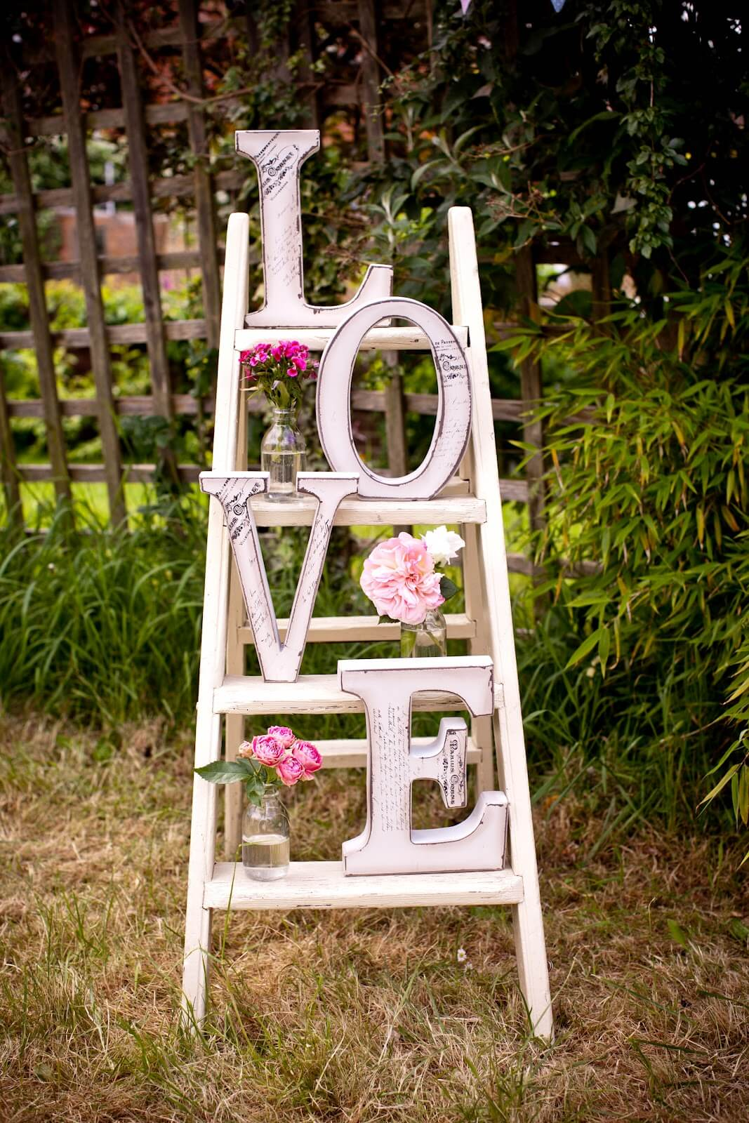 Vintage Garden Decor Ideas: Love Ladder and Vase Garden Display