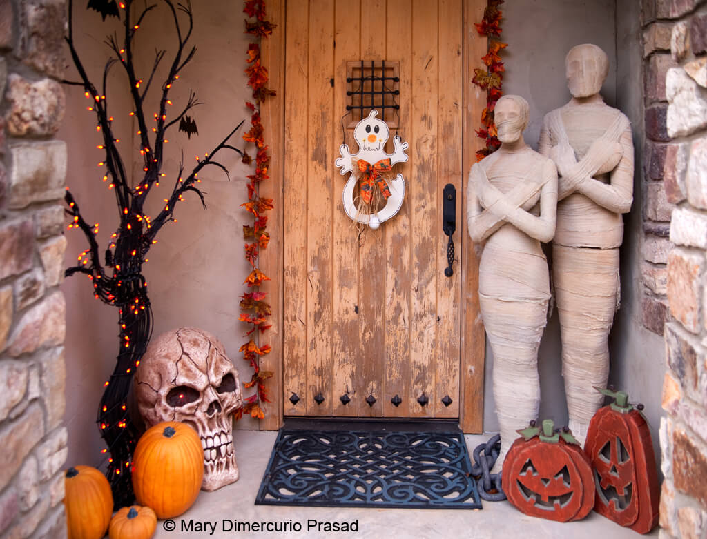 A Spooky Welcome | Scary DIY Halloween Porch Decoration Ideas | vintage halloween porch