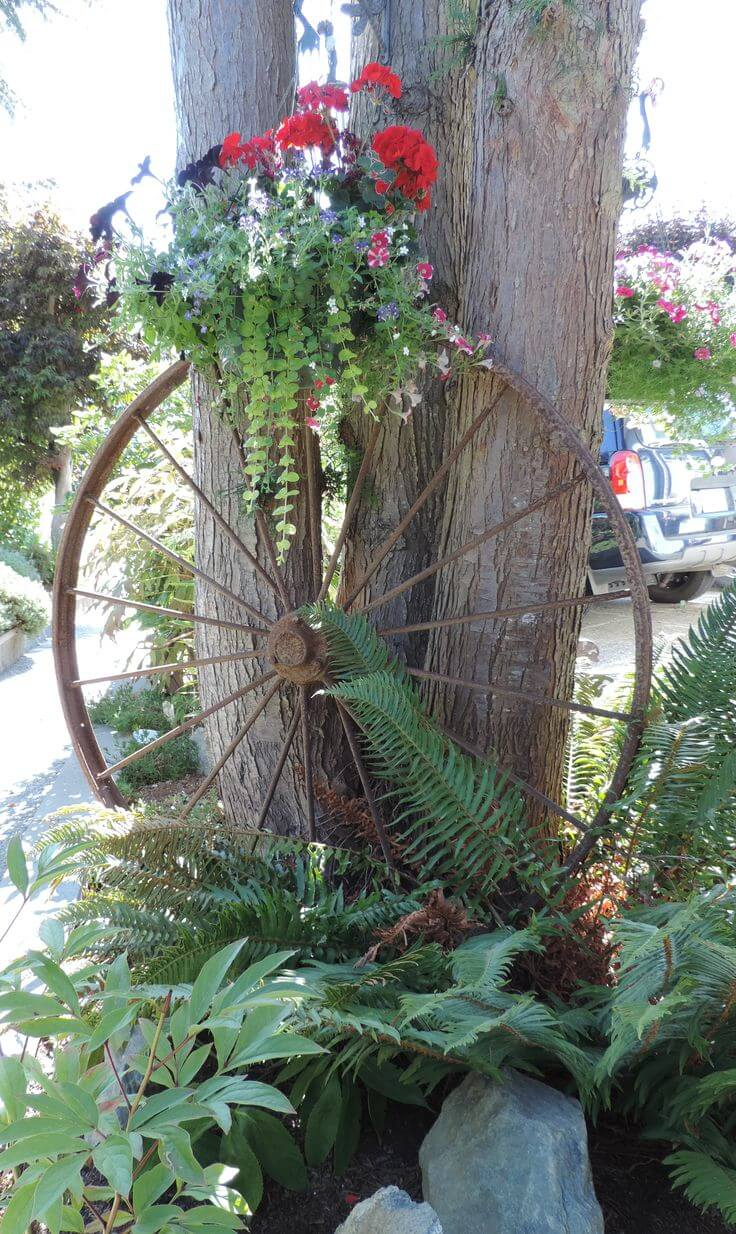 Vintage Garden Decor Ideas: Antique Wagon Wheel Flower Display