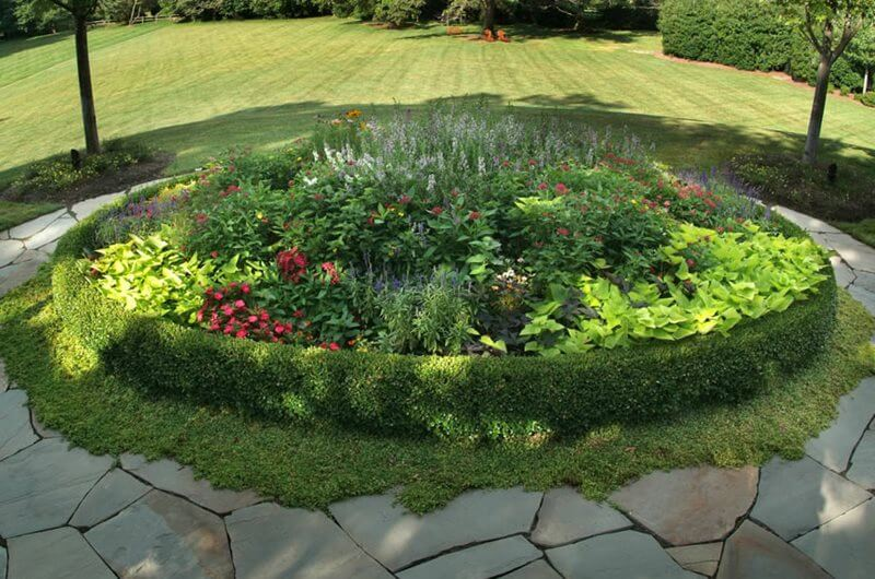 Plants as Garden Bed Edging | Cool Round Garden Bed Ideas For Landscape Design - FarmFoodFamily.com #raisedgarden #raisedgardenbed #gardenbed