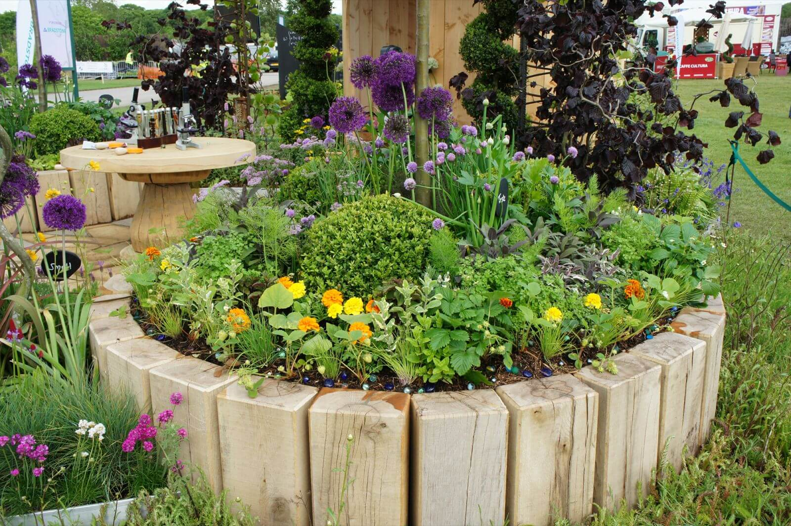 Square logs | Cool Round Garden Bed Ideas For Landscape Design - FarmFoodFamily.com #raisedgarden #raisedgardenbed #gardenbed