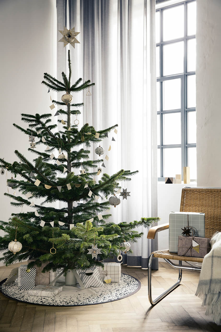 Chic Modern Minimalist Christmas Trees | Best Way to Decorate Christmas Trees on a Budget: Inexpensive or Free & Easy Holiday Ornaments & Decorations