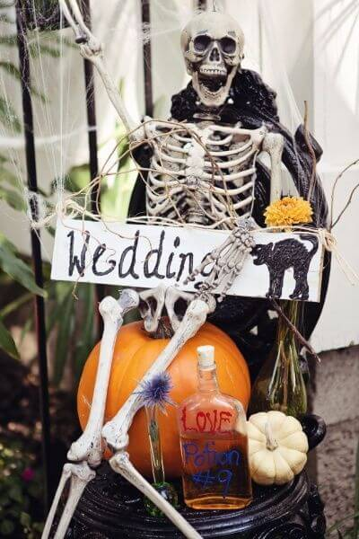 Haunted house-inspired signs | Halloween Wedding Theme Ideas - Farmfoodfamily.com