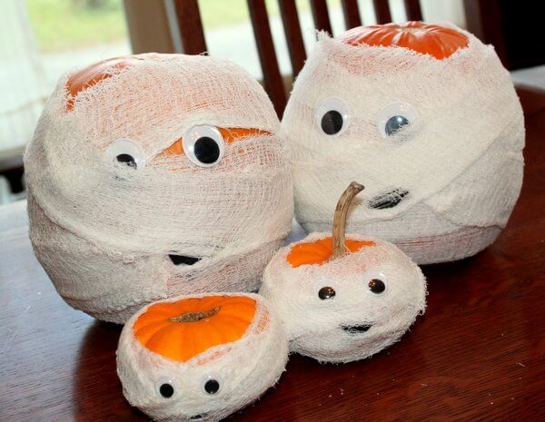 Mummy Family Pumpkins | No-Carve Pumpkin Decorating Ideas For This Halloween