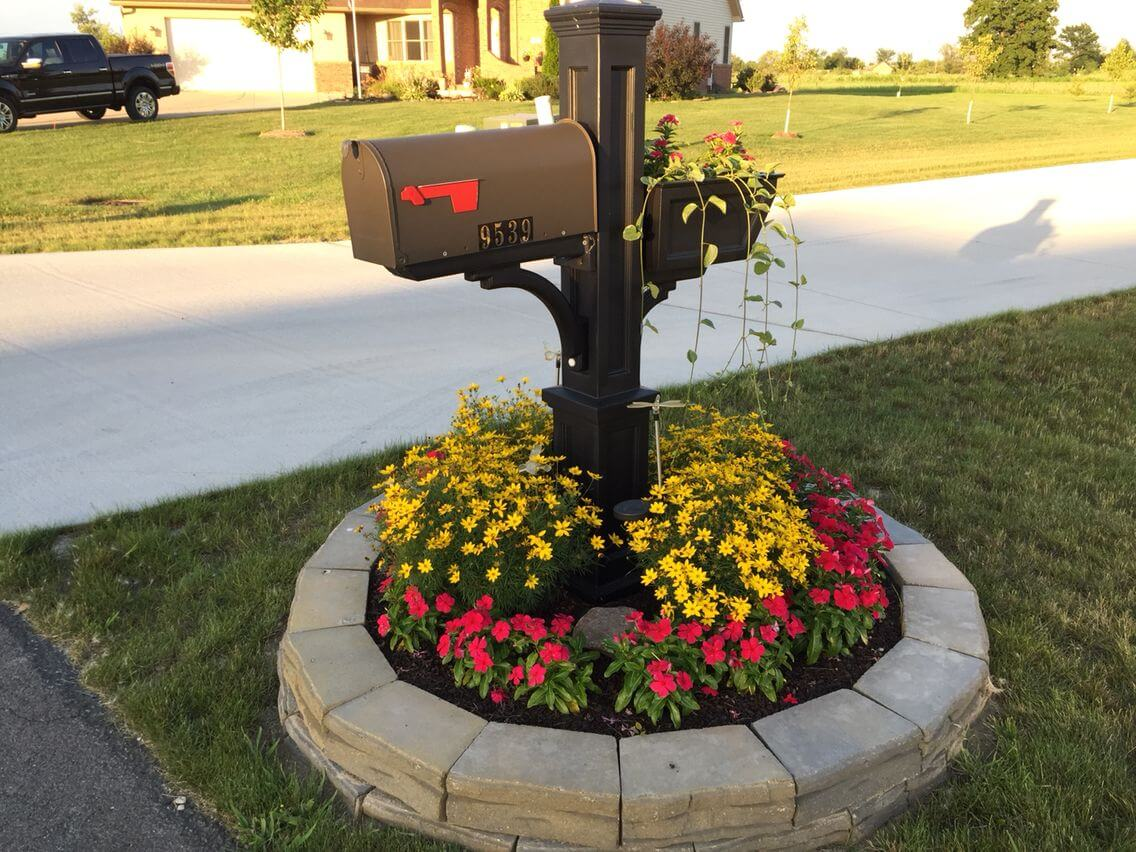 Easy mailbox with flower beds | Best Mailbox Landscaping Ideas