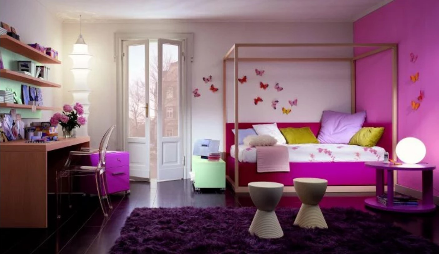 Strong pink room with butterflies and Chinese lamps