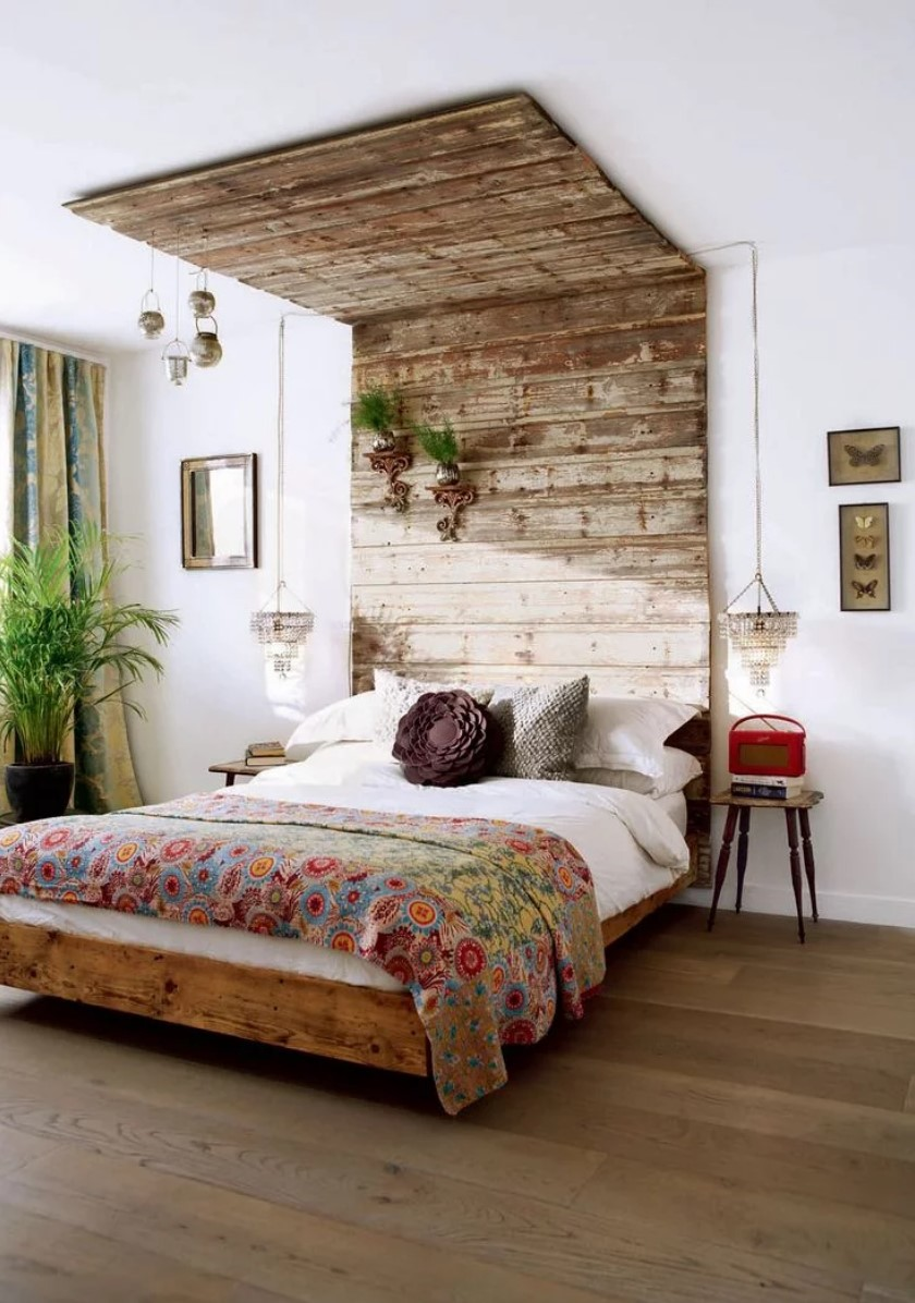 headboard and bedroom ceiling made with pallets